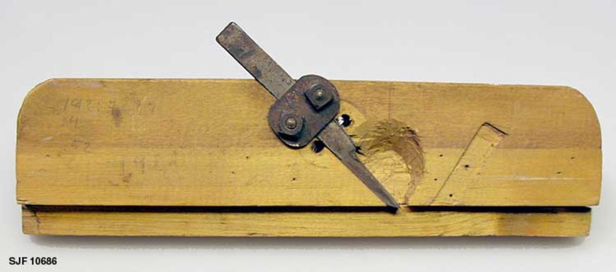 """Form: Prismeformet.  Høvelen har påspikret list på såle. Blyantmerker på høyre side. Merker etter innfestet jern på høyre side. Høvel er trolig """"hjemmelaget"""" og brukt på Breidablikk."""