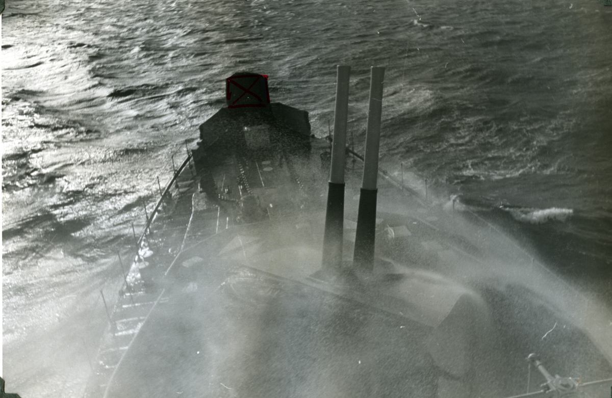 "Album Glaisdale H.Nor.M.S. ""Glaisdale"". Fotograf: Ltn. Holter. ""Glaisdale"" under patruljering i Atlanterhavet."