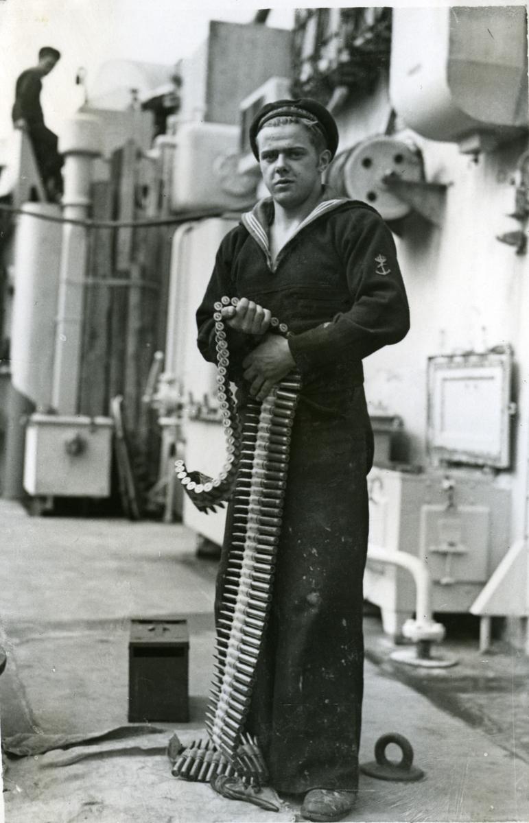 """Album Glaisdale H.Nor.M.S. """"Glaisdale"""". Fotograf: Keystone press. Gjør klar amunisjonsbeltet for colt."""