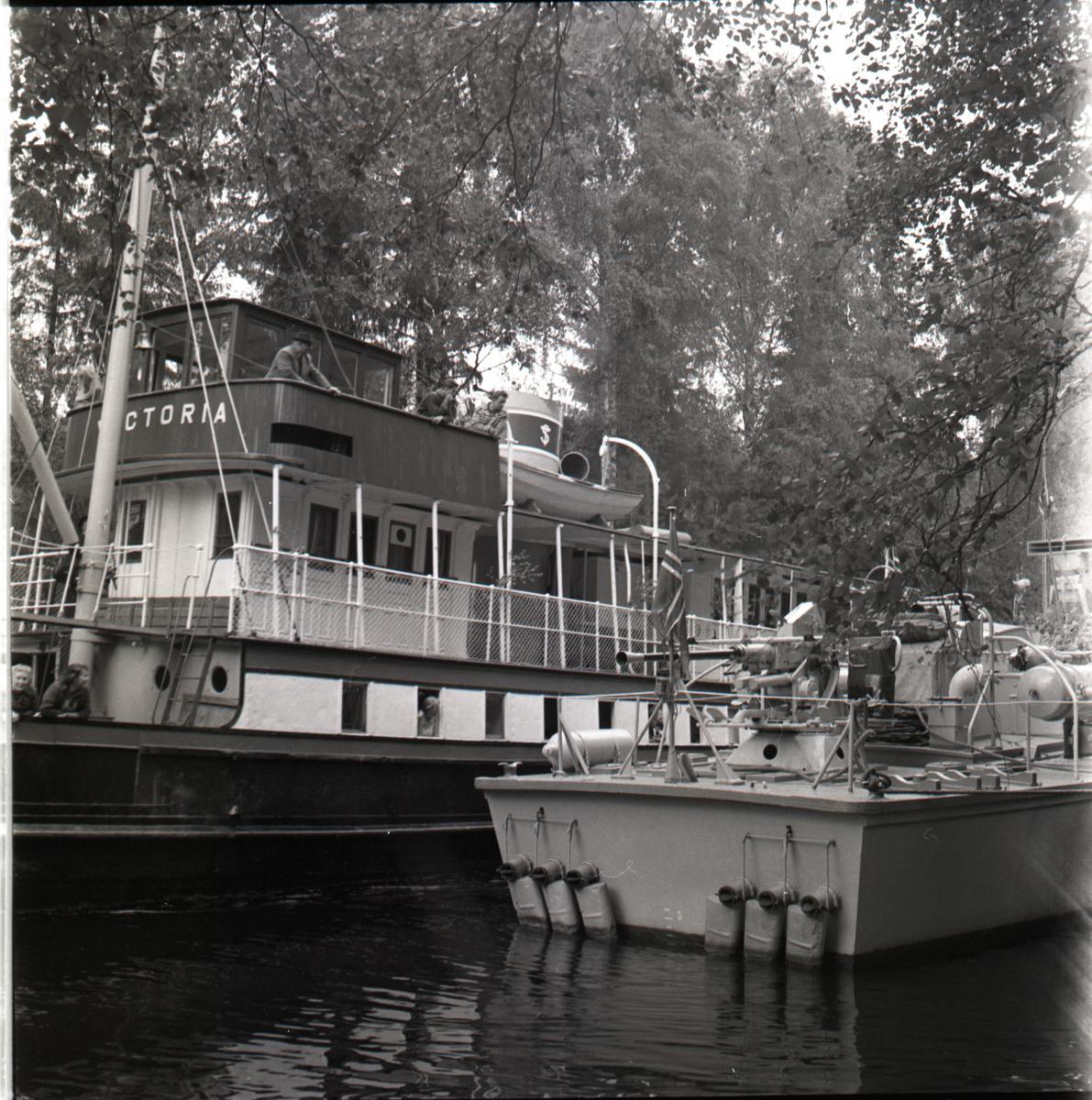 Samlefoto: Elco-klasse MTB-er gjennom Bandak-kanalen i juli 1953. Kanalbåten Victoria.