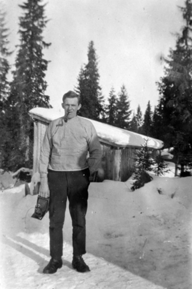 Peder Tåsåsen med fotoapparat, Elvstusaga, Furnes Almenning.