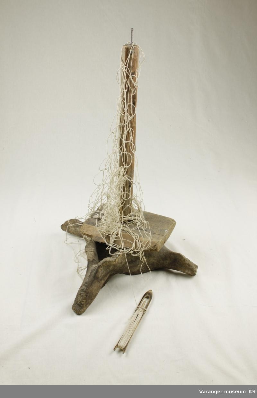 Notbøtestativ laget av treverk og ryggvirvelen til en hval . Brukt ved sying av garn.