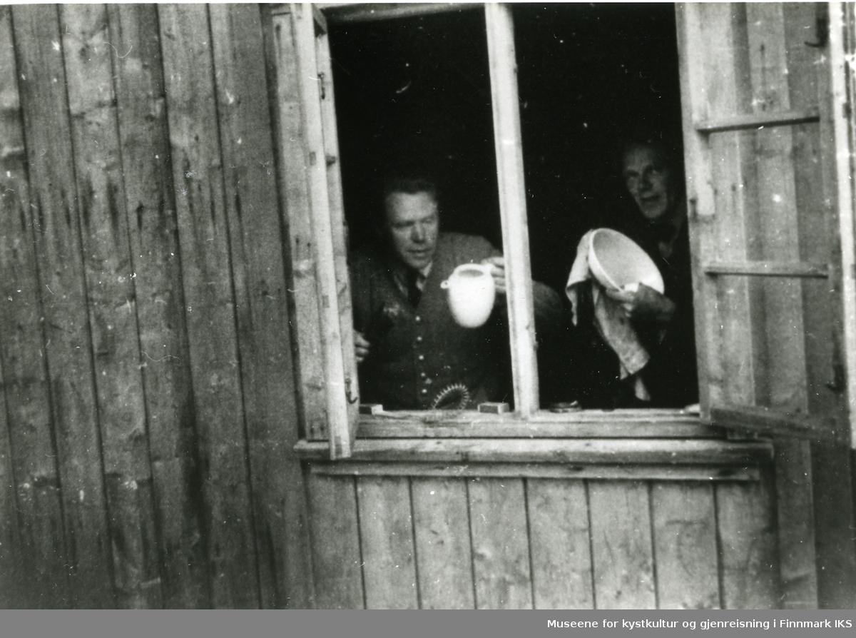 Svenske hjelpearbeidere. Pasta Ingolfstad, Åke ? Kjøllefjord i Lebesby Kommune 3. august 1946.