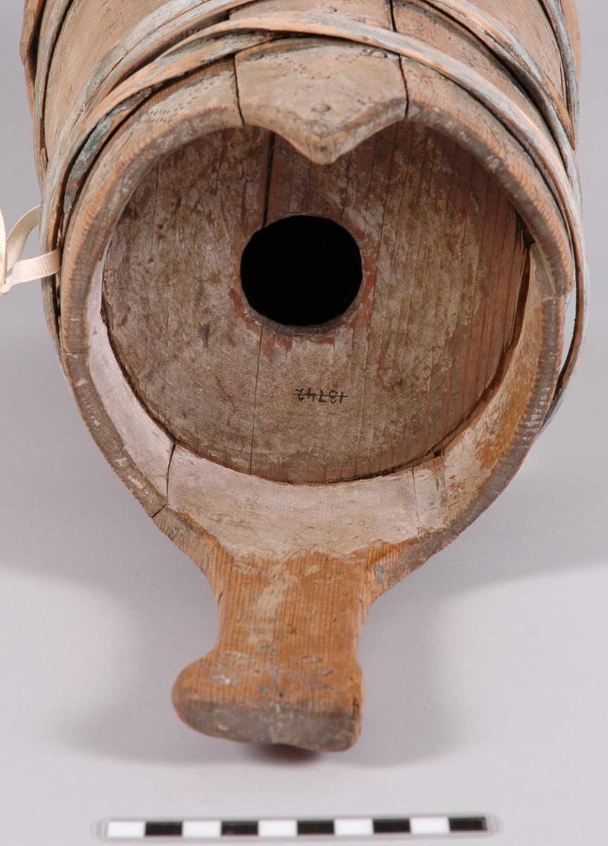 Dankaren fremstår nesten trehvit , men har spor av overmalingen . Håndtaket på dankarn er laget av en stav ,  som er forlenget og som er utskåret på toppen . Tut - staven på dankarn har på toppen en utskåret dekor .  Enden på tuten av dankarn har blyholk .  Dekorert med svimønster i V form ,  stjerner og sikksakkbårder . Under bunnen er innskåret et merke ,  og innsvidd et kryss / kors .