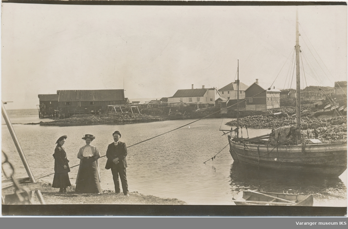 Postkort, Brodtkorbbruket i Gamvik, tre personer i forgrunnen