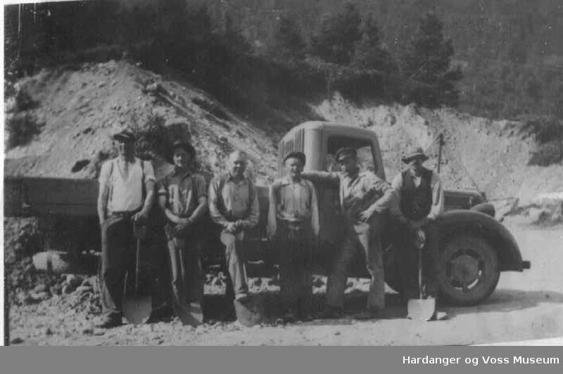 Gruppe, menn, lue, hatt, spade, lastebil, tre, vegarbeid. Arbeidslag frå Eidfjord ved Kyrping