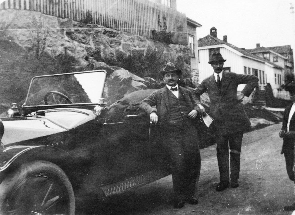 Gruppe, 3, bil, dress, hus, vei, Hup  A-583 17/35 1912? Tangengata Enghavgata Risør