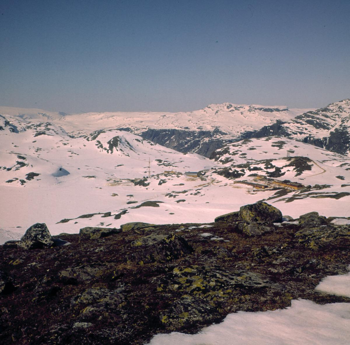 Utsikt frå Langevatn mot Loftsnut og Prekestolen, vinter, brakker