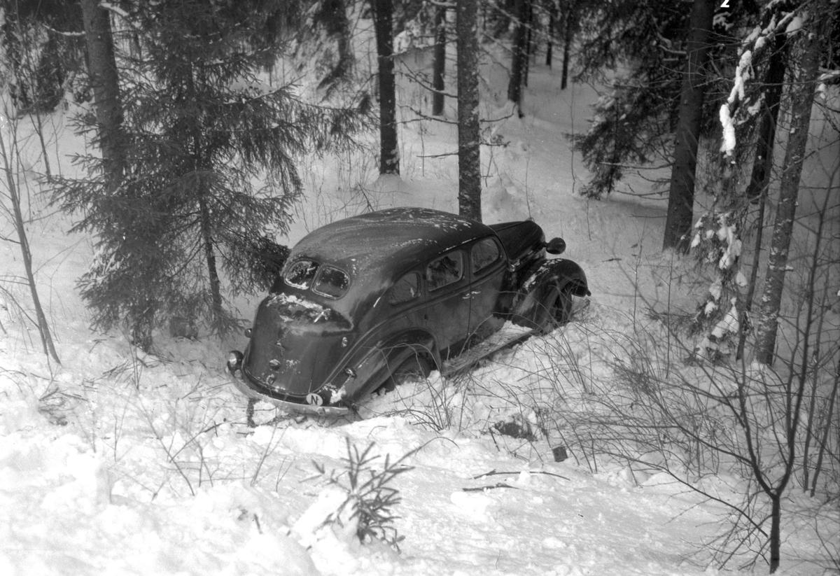 Bil i grøfta. Utforkjøring. Vinter. Moelven foto 1960 åra.