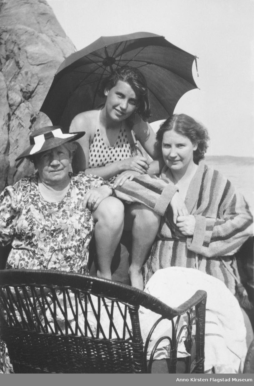 Kirsten Flagstad på ferie i Strømstad, Sverige sammen med fra venstre hennes mor Marie Flagstad og hennes datter Else Marie. 1936. Kirsten Flagstad on summer holiday at Strømstad, Sverige, with from left her mother Marie Flagstad and her daughter Else Marie. 1936.