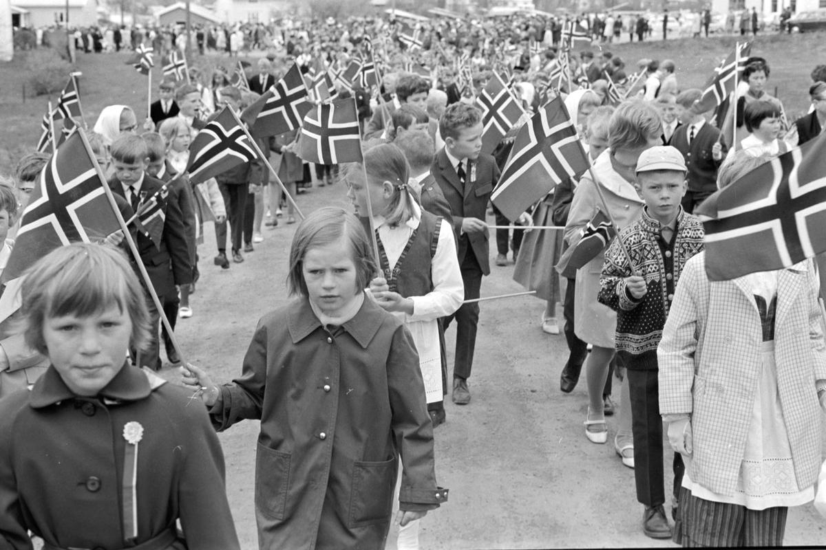 17. mai i Brumunddal 1968. Skoletoget. Elever ved Mørkved skole. Lise Brodal i midten foran, Sigvart Jovall med caps og lusekofte.