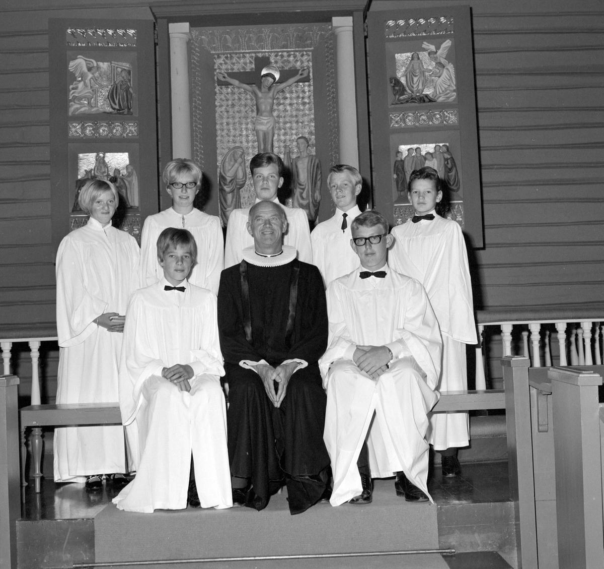 Konfirmanter i Helgøya kapell 1969.  1 rekke venstre: Frantz Kristian Raabe, Victor Andersen, Ole Høiby. 2 rekke venstre: Sofie Madsen, Elin Gustavsen, Geir Korsgård, Per Ragnar Pedersen, Pål Slåttsveen.