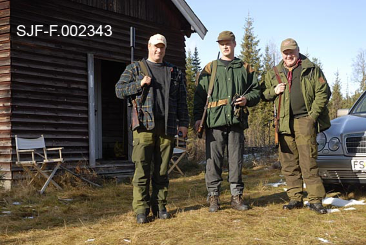 Elgjegerne Kjell Olav Nordbekk, John Svendsberget og Arnt Svendsberget foran Firerkoia på Jernskallen i Åmot.