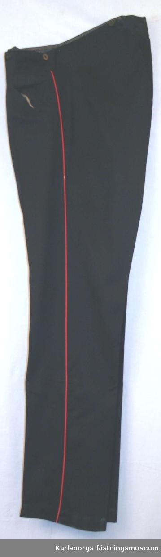 Långbyxa m/1886 - med midjeband och knappar för hängslor. Passpoal i sidsömmarna röd färg. Gylf med knappar en bakficka.