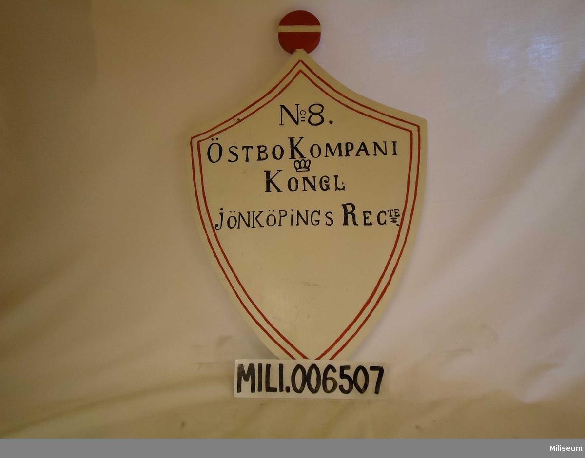 Soldattorpsskylt, 1800-tal. Kungl Jönköpings Regemente, Östbo kompani (7.), rote nr 8 Åreved (Forsheda socken). Replik, tillverkad 1987.