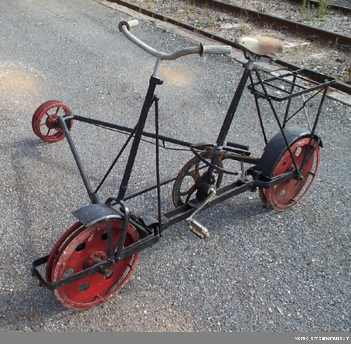 Inspeksjonstralle for normalspor : sykkeldresin med stålramme og lamellhjul