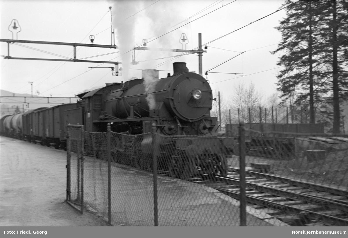 Damplokomotiv type 31b nr. 426 foran godstog til Voss på Nesttun stasjon