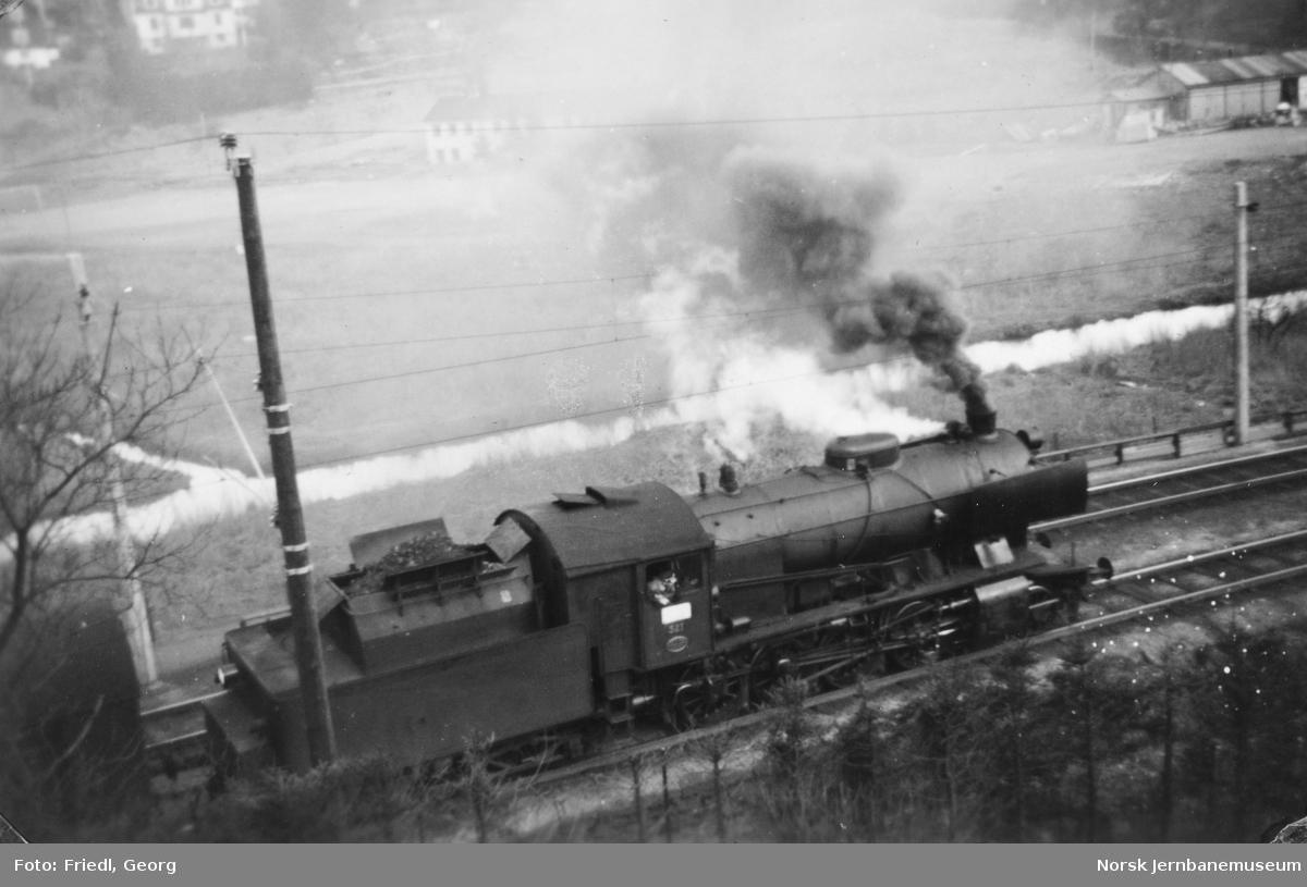Damplokomotiv type 33a nr. 321 foran godstog til Voss på Minde stasjon