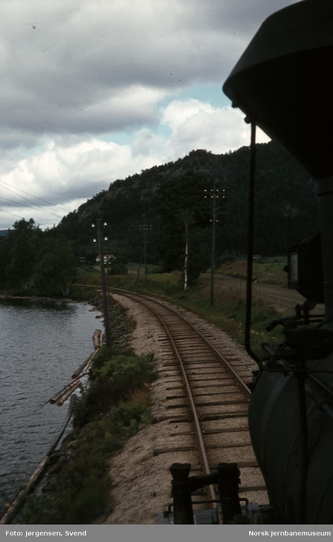 Utsikt fremover fra lokomotivet i godstog 5661 ved Vassenden holdeplass