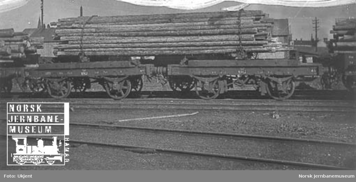 Hovedbanens tømmervogner litra K nr. 1253 og 1290 lastet med langtømmer