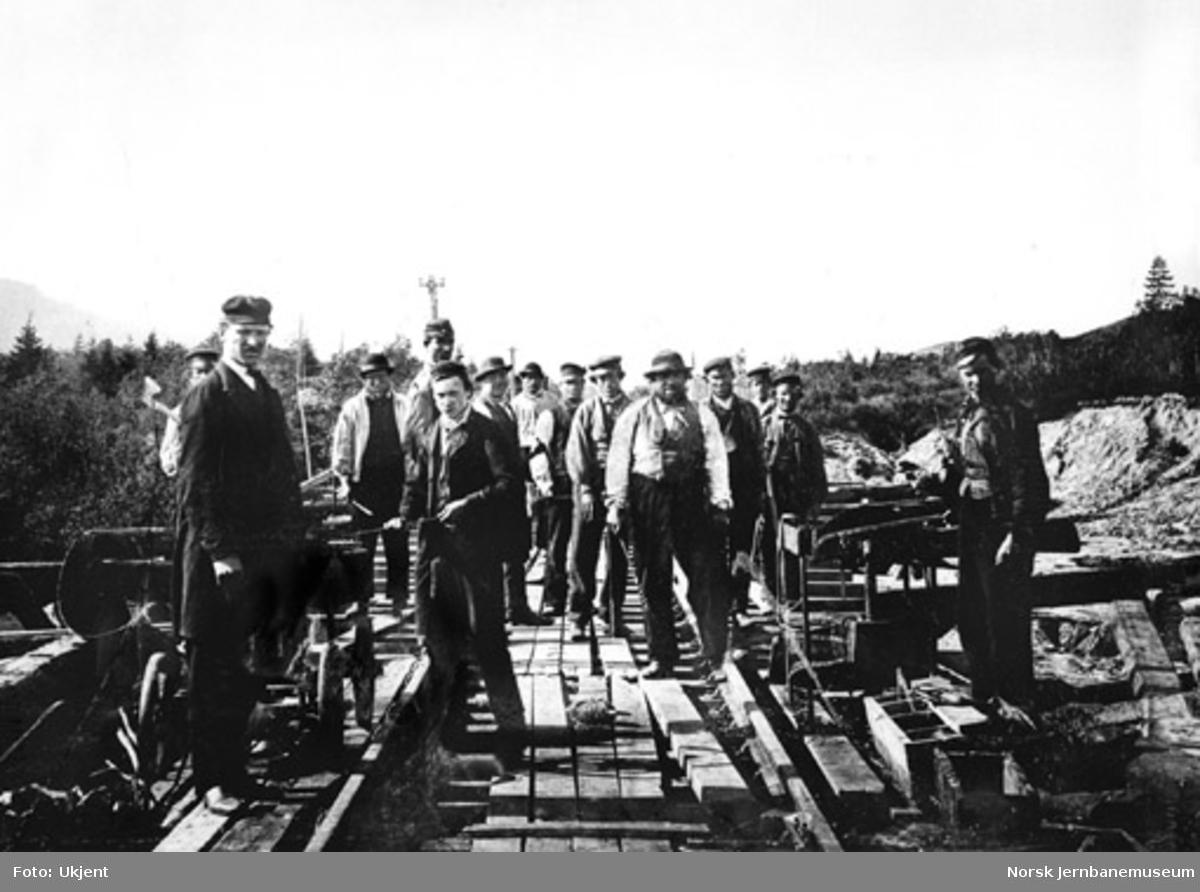 Bygging av ny Børke bru i 1864-65, foto av anleggsarbeiderne