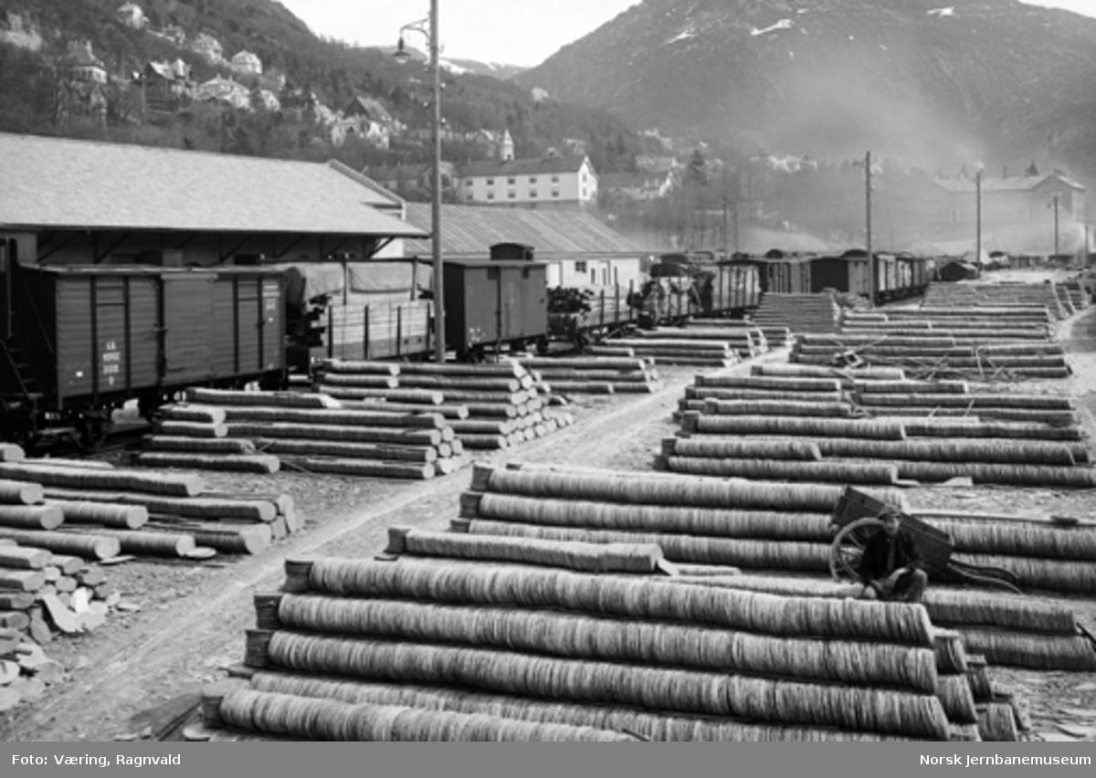 Godsvogner på Bergen stasjon og store lagre med skifer på stasjonstomta