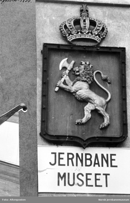 Jernbanemuseet på Disen : Riksvåpenet og museets navn på museumsbygningen