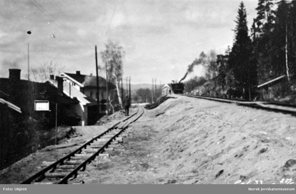 Planert trasé med anleggsspor ut fra Hen stasjon (pæl 33) med Randsfjordbanen til høyre