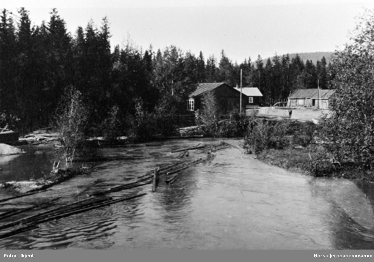 Brøtningen i Somma elv, venstre side av linjen med Sommabrakken til venstre