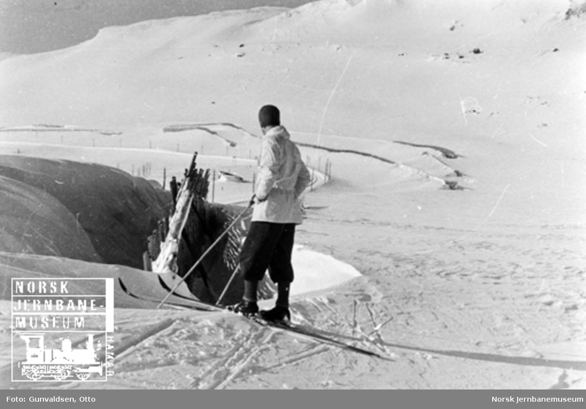 Inspektør Winsvold ved snøskjerm ved Finse stasjon