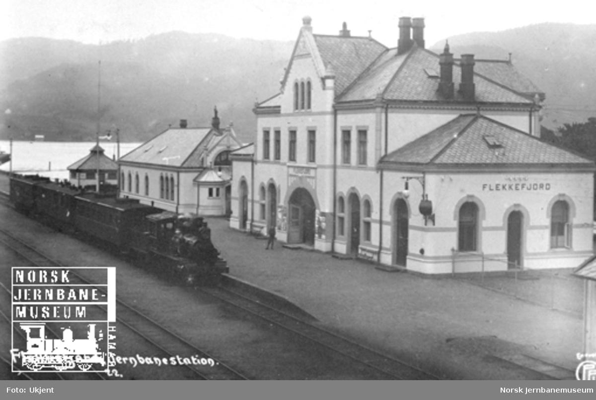 Flekkefjord stasjon med et persontog i spor 1