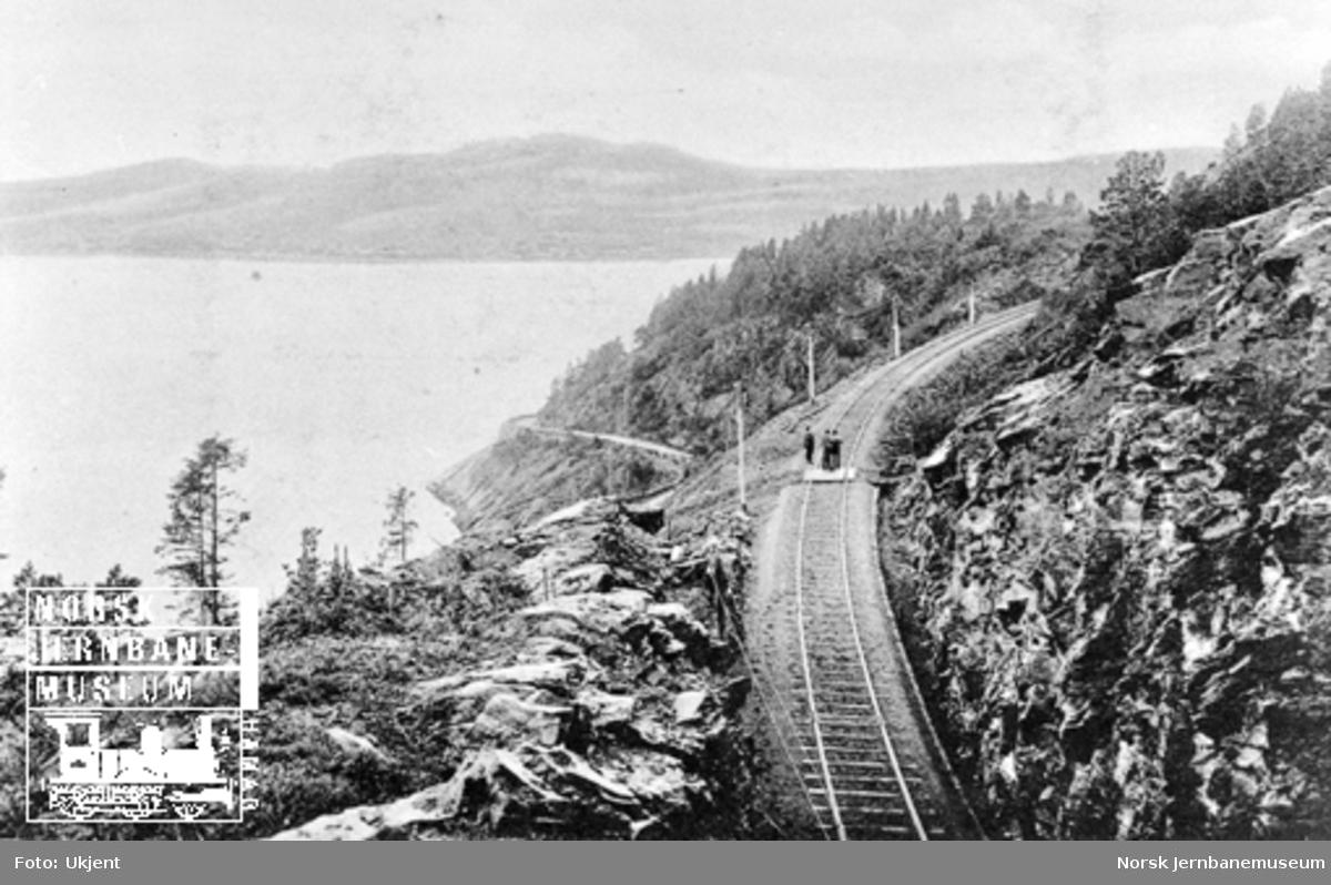 Foto av linjen fra taket av Koabjørgen tunnel mellom Verdal og Røra