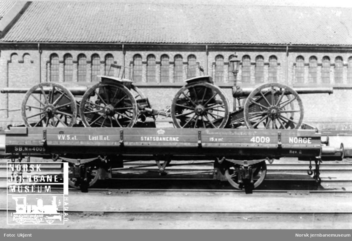 Smaalensbanens vogn litra Nm nr. 4009 lastet med artillerimateriell; to kanoner