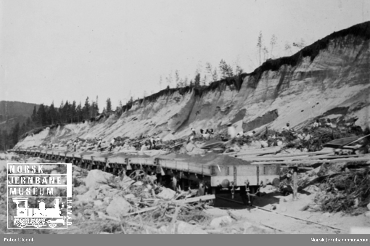 Opplasting av 20 grusvogner til Solørbanen, trolig i Granli grustak