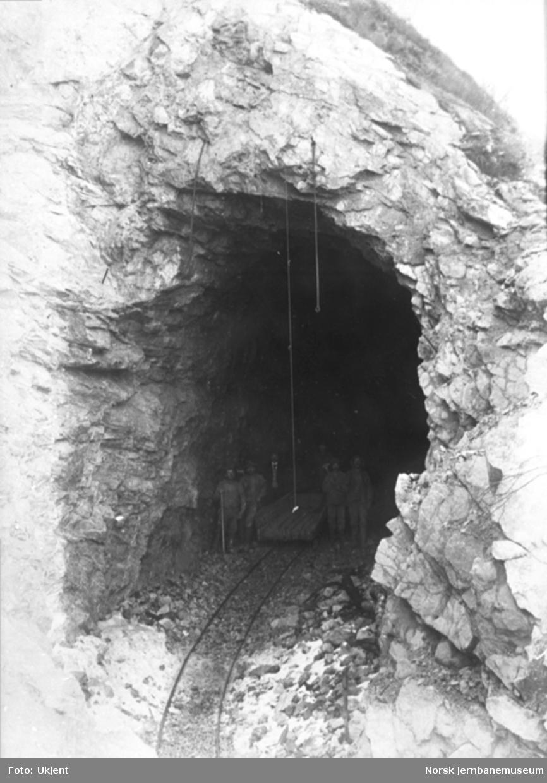 Bergensbanens anlegg; anleggsarbeidere i åpningen til Kleivane tunnel