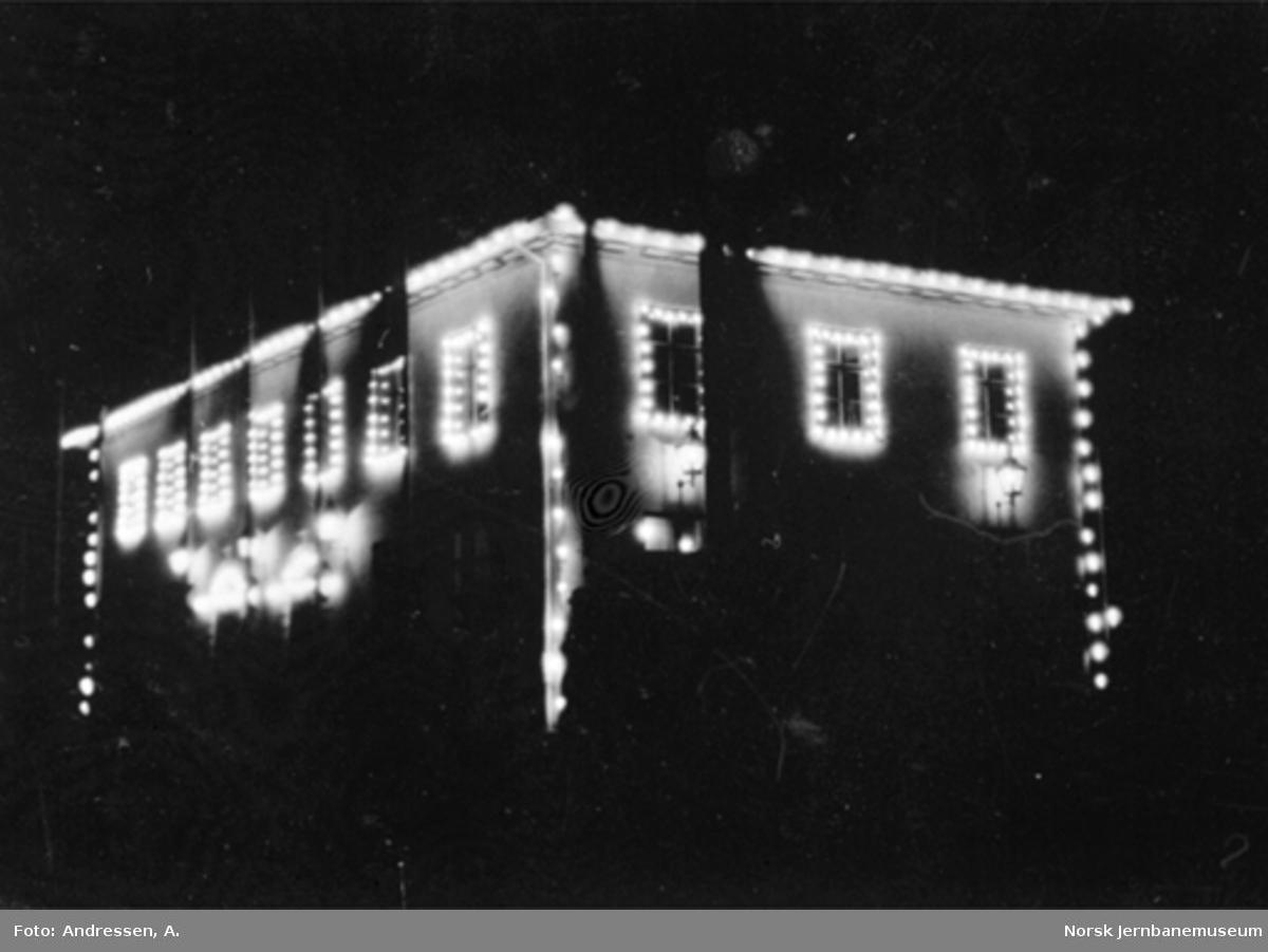 Kragerø stasjonsbygning illuminert ved baneåpningen