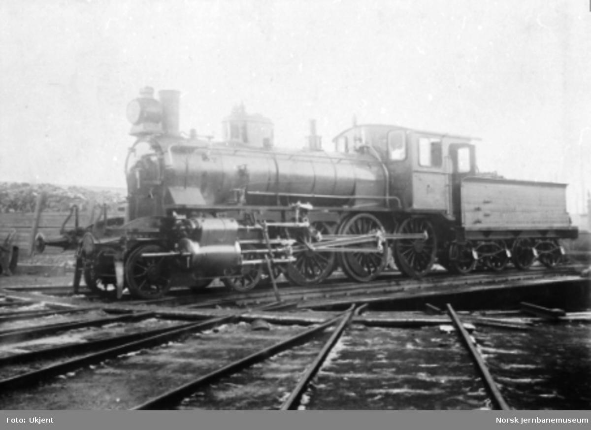 Damplokomotiv type 27a nr. 218 på svingskive, kort tid etter leveransen