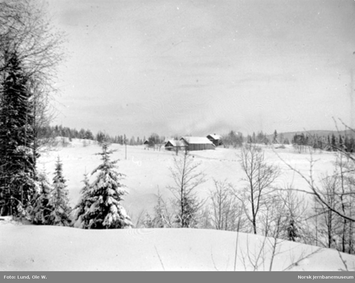 Fra anlegget av Holmestrand-Vittingfossbanen : vinterbilde fra Kleppan med Kleppan gård
