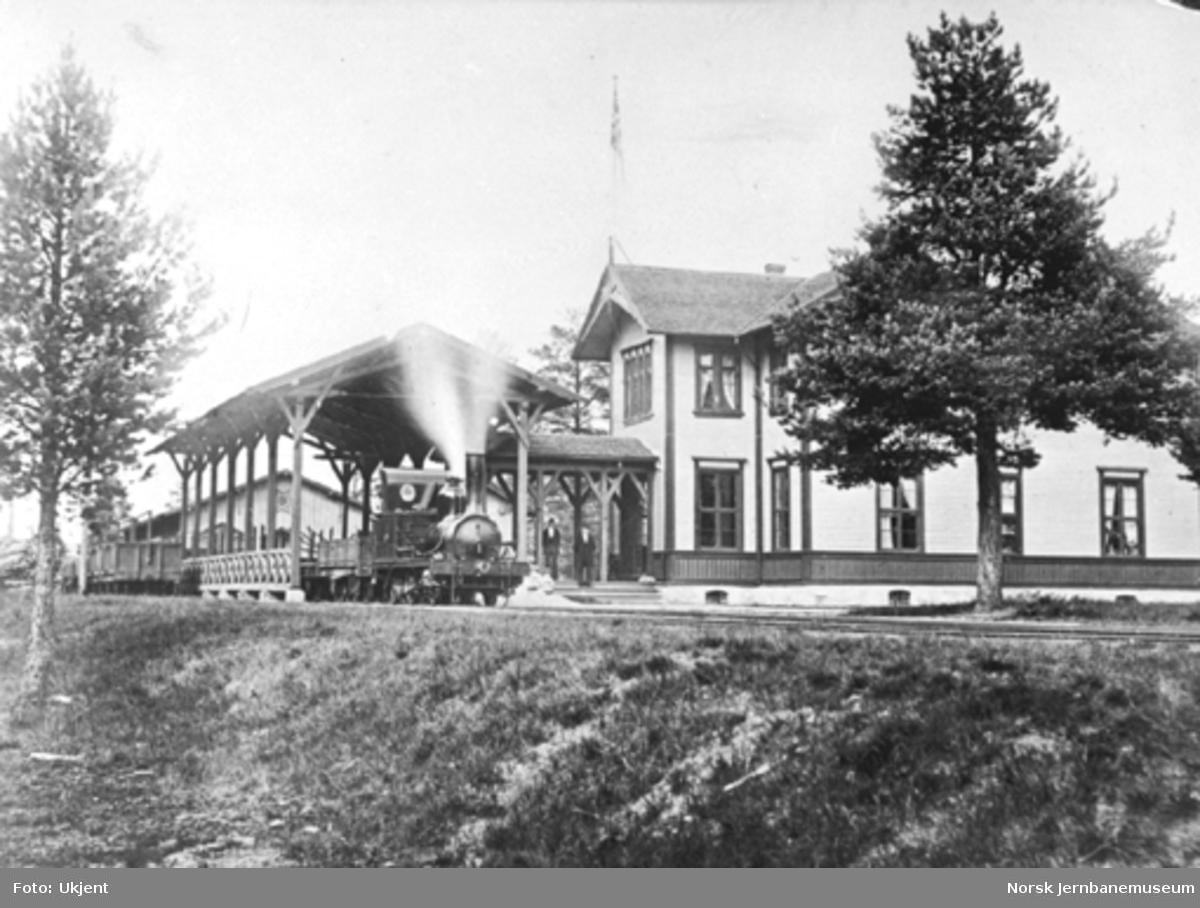 Rena stasjon med toghallen og stasjonsbygningen : damplokomotiv type I nr. 1 med tog på stasjonen