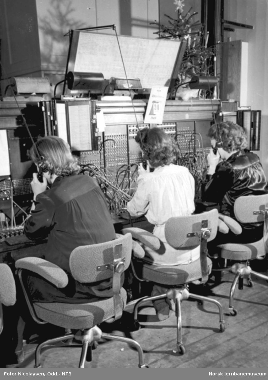 Tre damer betjener telefonsentralen på Oslo Østbanestasjon