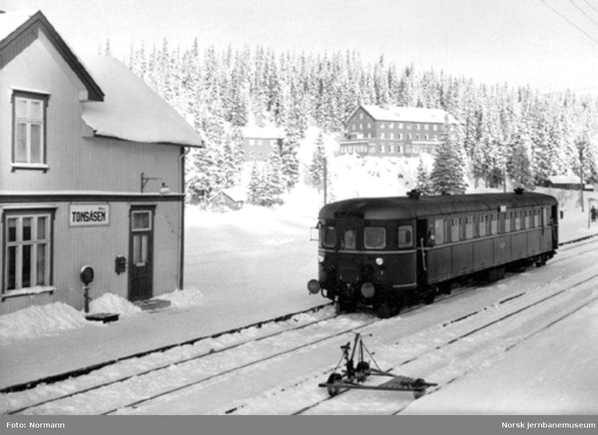Tonsåsen stasjon med en motorvogn type 6f nr. 18319 til Oslo i spor 1