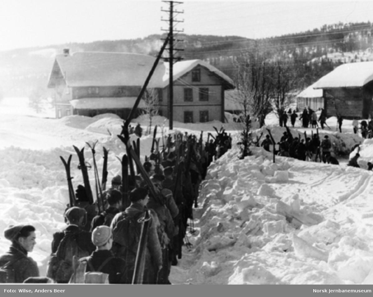 Skiturister står i kø ved Stryken stasjon