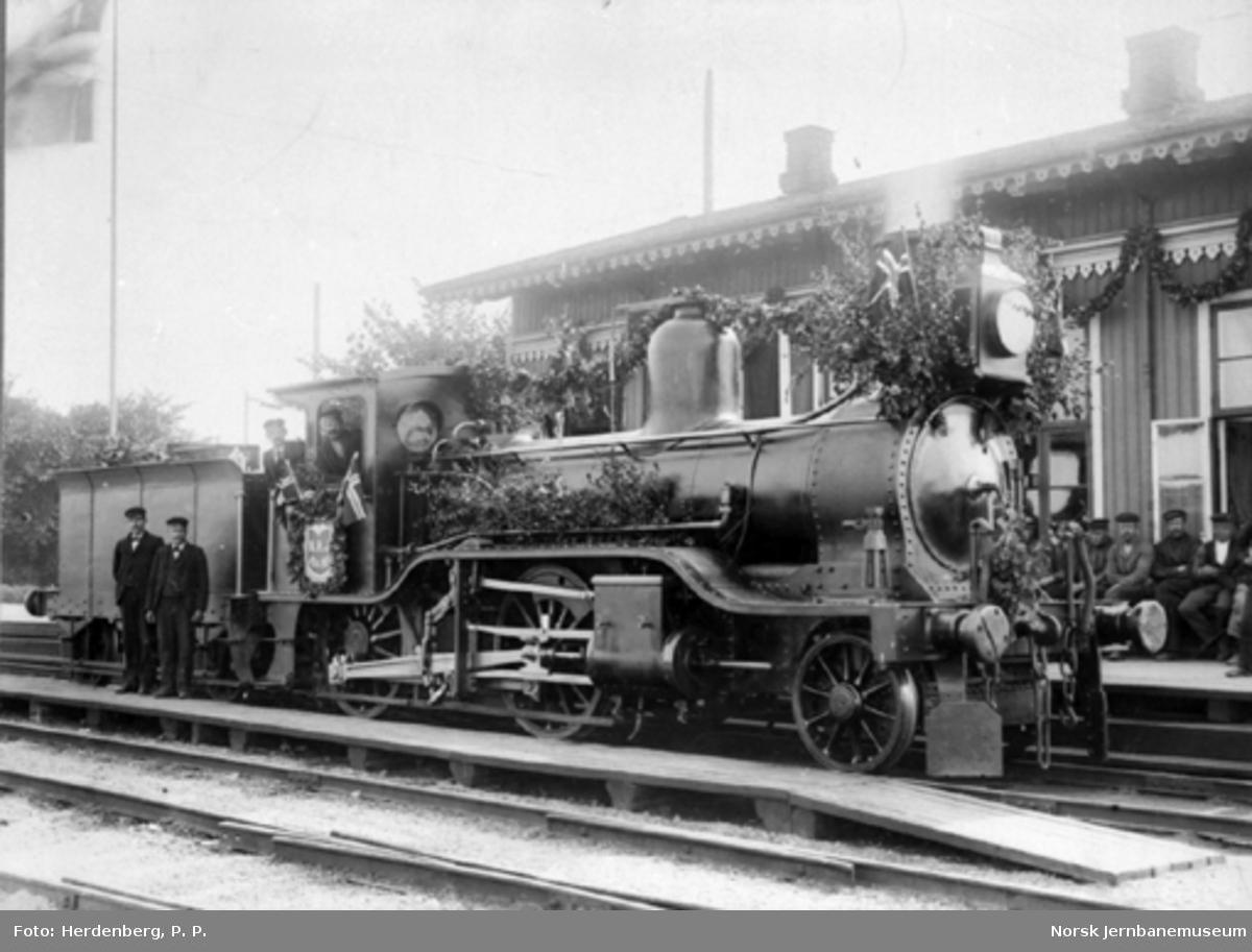Et pyntet damplokomotiv litra B (nr. 8-10) ved Hovedbanens 50 års-jubileum