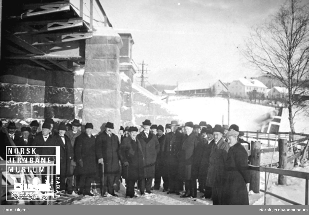 Gruppebilde ved befaring Minnesund bru, trolig tatt etter ombyggingen i 1913 eller 1922