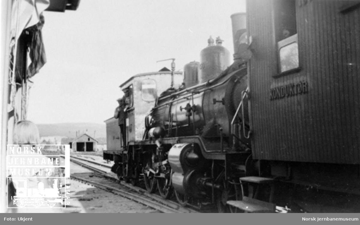 Det første normalsporede sørgående toget på Røros stasjon før avgang kl. 09.00 25. juli 1941 med damplokomotiv type 21e nr. 150