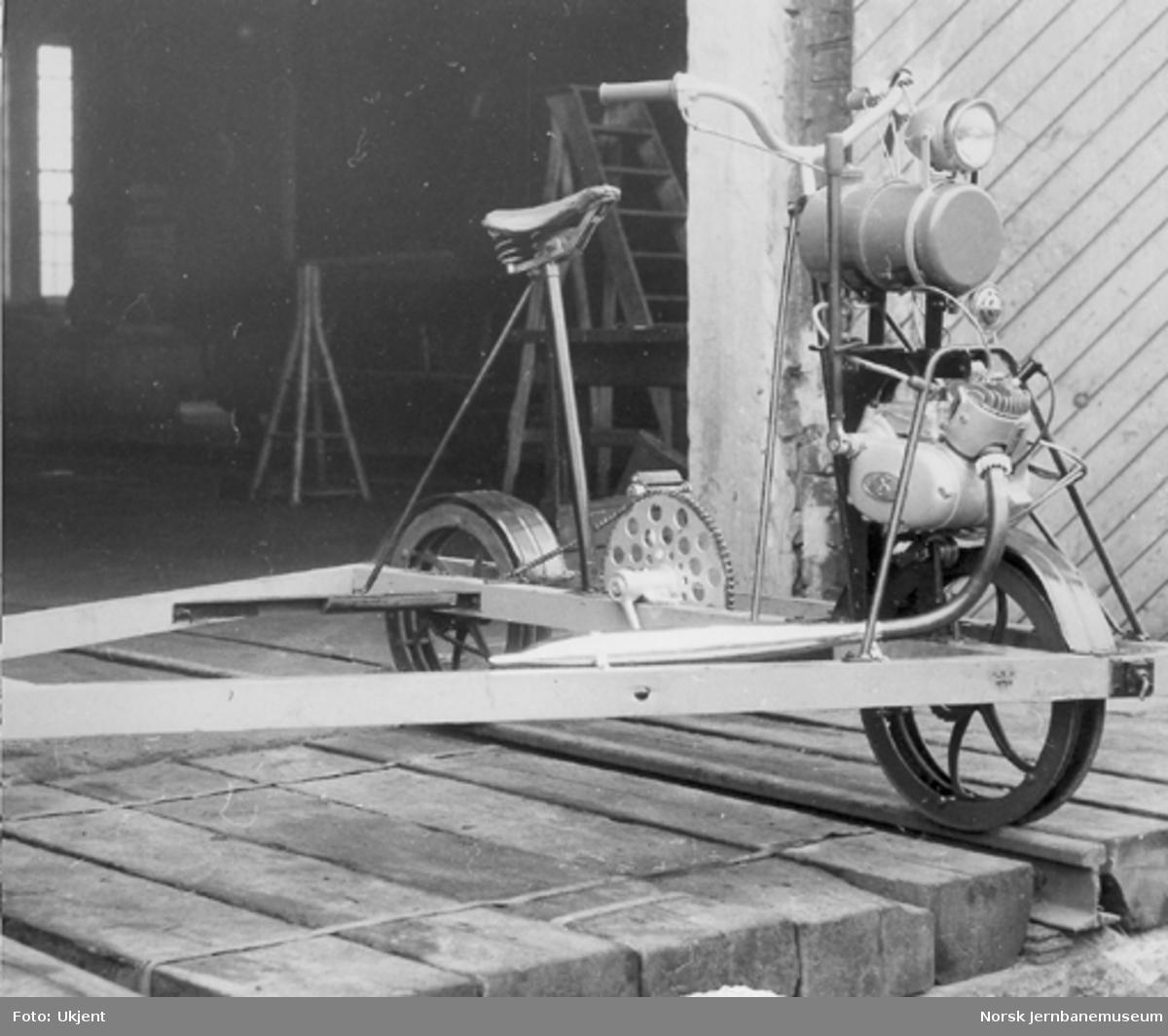 Trehjuls sykkeldresin med forhjulsmontert Sachs 50 cm3-motor fra Hamar distrikt