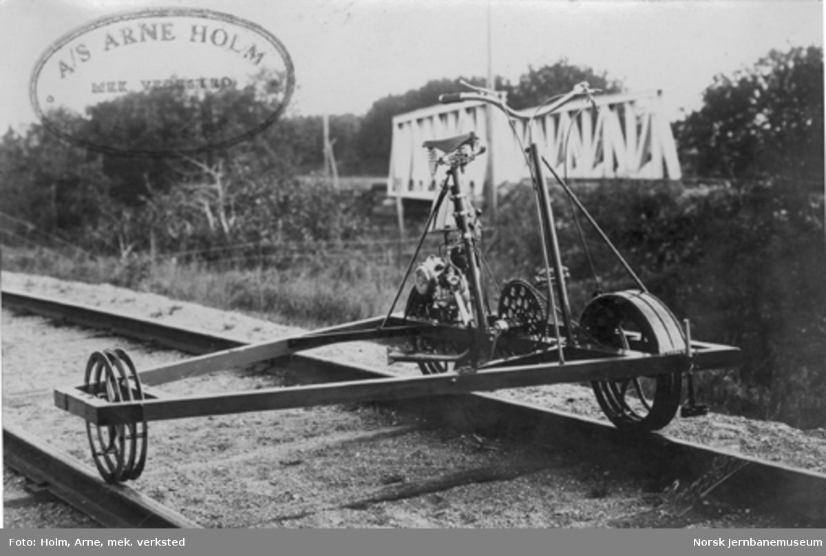 Trehjuls sykkeldresin med bakhjulsmontert motor, leveransefoto fra A/S Arne Holm Mek. verksted, Levanger