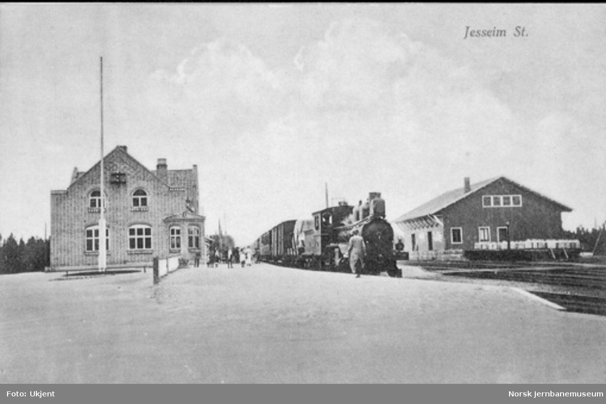Jessheim (Jesseim) stasjon med damplokomotiv foran blandet tog i spor 1
