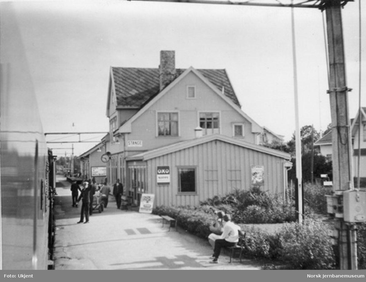 Stange stasjon med tog i spor 1 og reisende, fotografert fra lokomotivet