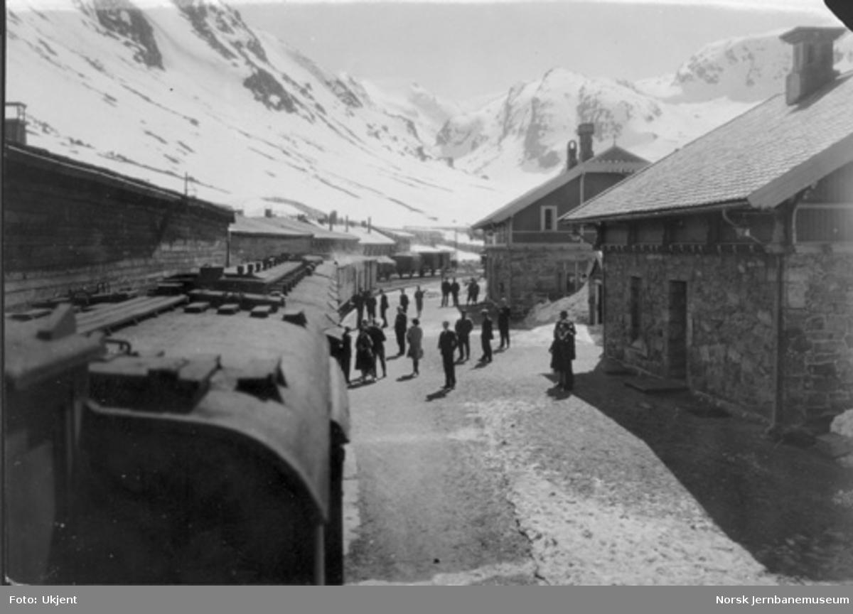 Myrdal stasjon med tog i spor 1 : fotografert bakover fra damplokomotivet